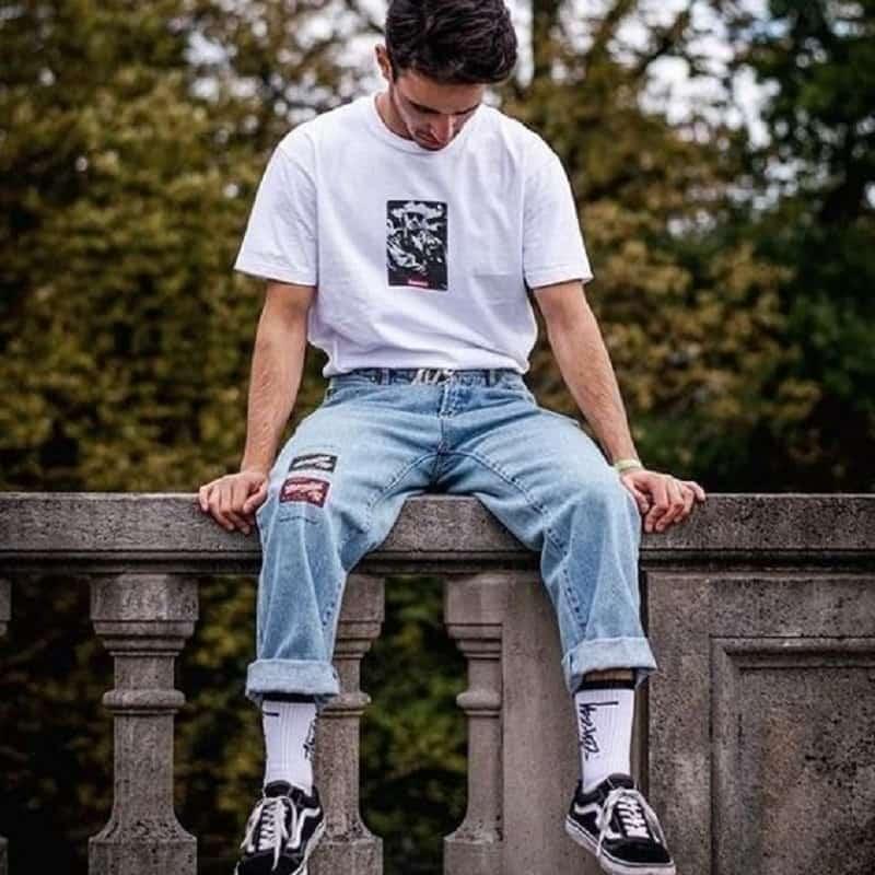 Phối quần Jeans Baggy xanh với áo phông trắng, vớ cao cổ và Vans Old Skool