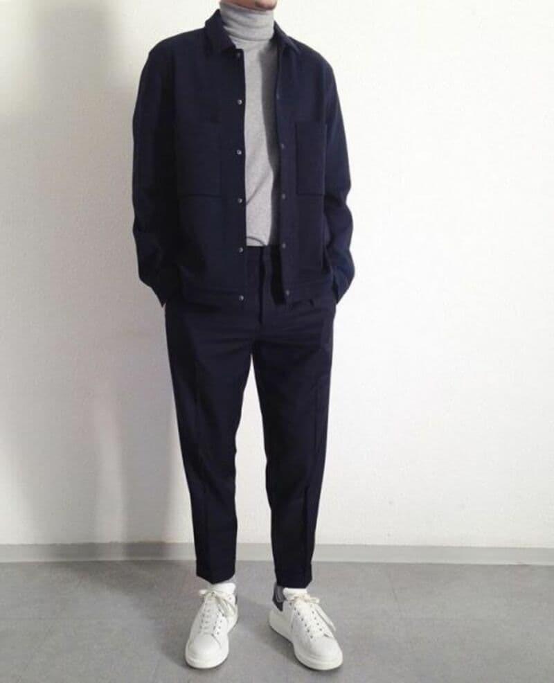 Phối quần Tây Baggy với Sneakers trắng, áo thun cổ lọ và áo khoác ngoài