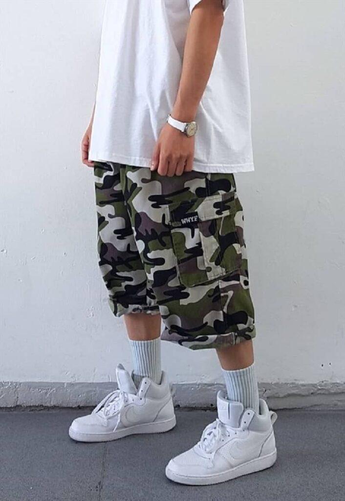 Quần Short Kaki Camo với áo phông trắng và Sneakers trắng