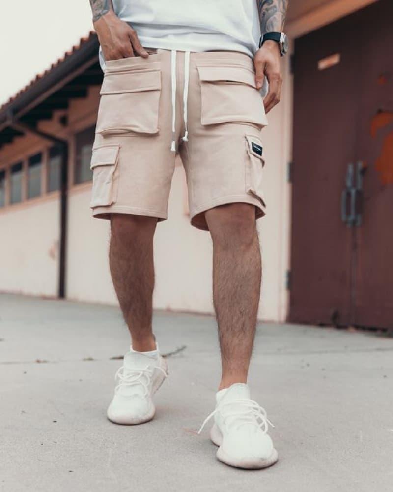 Quần Short thun cargo với áo phông Basic và Adidas Yeezy 350