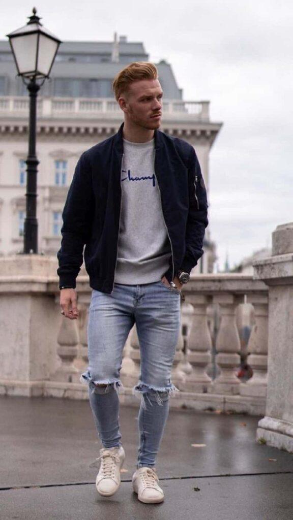 Quần Jeans Skinny xanh rách gối với áo phông và áo khoác Bomber
