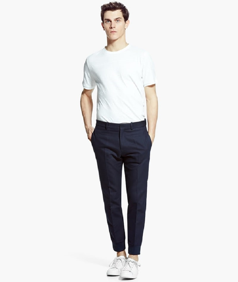Phối giày thể thao trắng với quần Tây đen và áo phông Basic