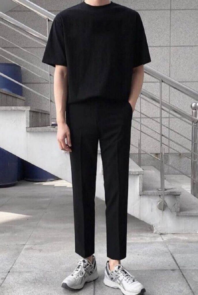 Phối quần Tây đen ống rộng với áo phông đen và giày Sneakers