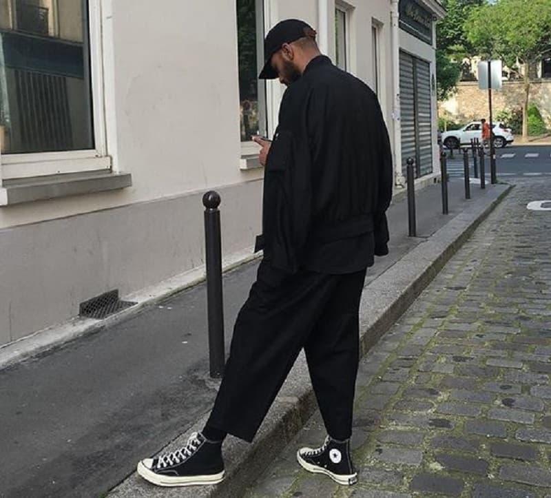 Phối quần Tây đen ống rộng với áo phông trắng và Vans Old Skool