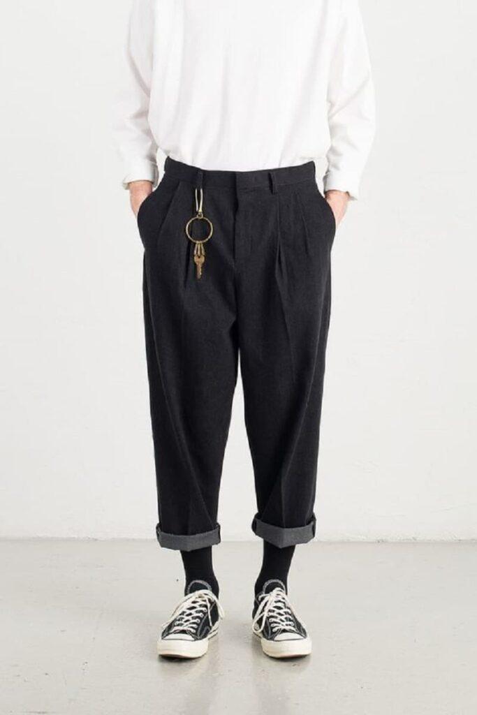 Phối giày Converse đen cổ thấp với quần Tây Baggy đen và áo phông trắng dài tay
