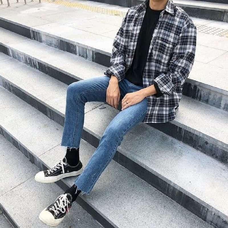 Phối áo sọc caro với áo phông đen và quần Jean Slimfit