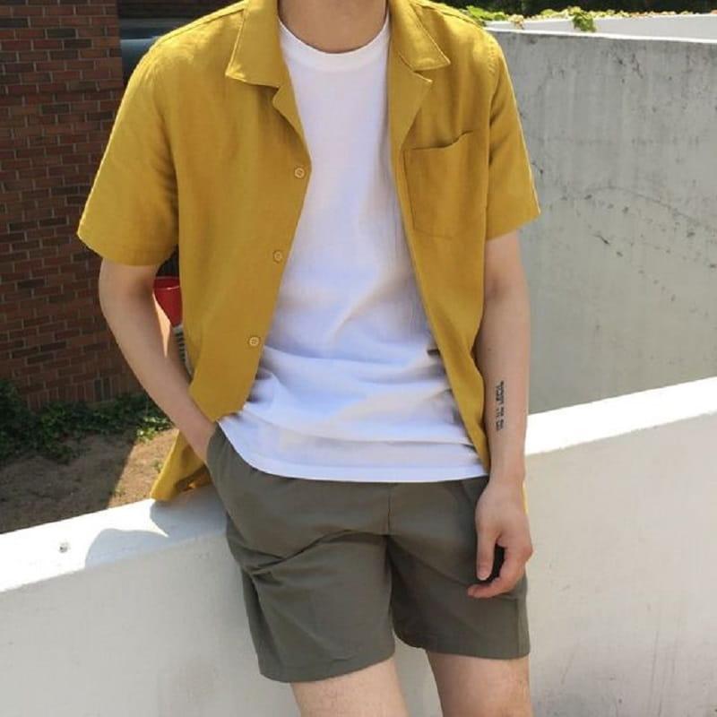 Phối áo phông trắng, áo sơ mi ngắn tay trơn với quần Short vải tây
