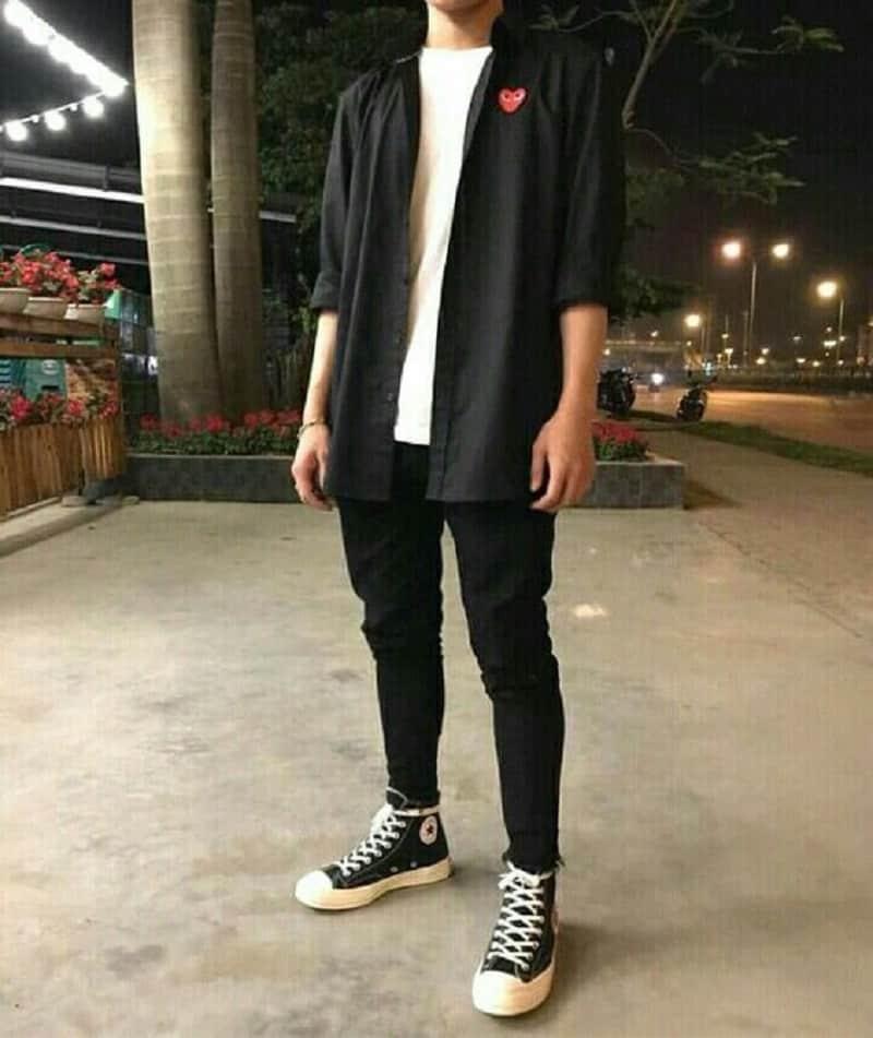 Phối áo phông đen với sơ mi đen, quần Jean đen trơn và giày cao cổ