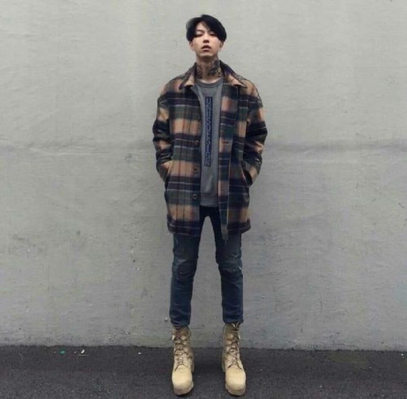 Phối áo phông Basic, áo sơ mi Flannel caro với quần Jean và giày Boot