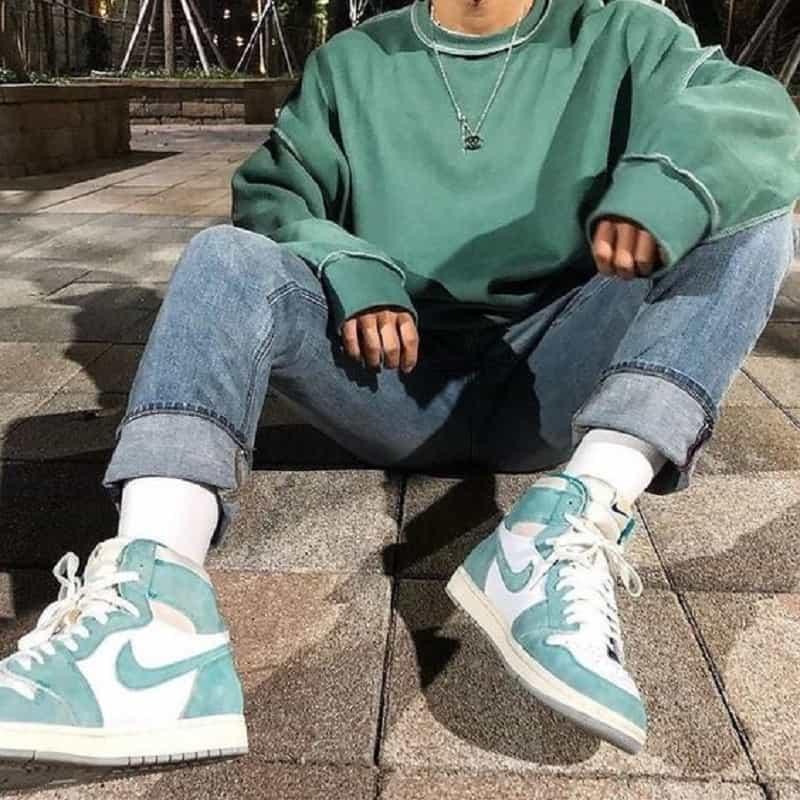 Phối áo Sweatshirt với quần Jean và Jordan 1 High