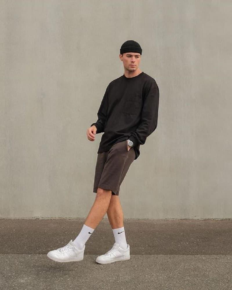 Phối áo Sweatshirt với quần Short thun và giày Sneaker trắng
