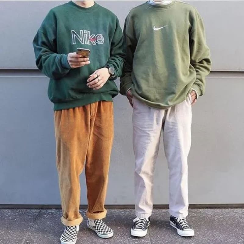 Phối áo Sweatshirt với quần Chinos ống rộng