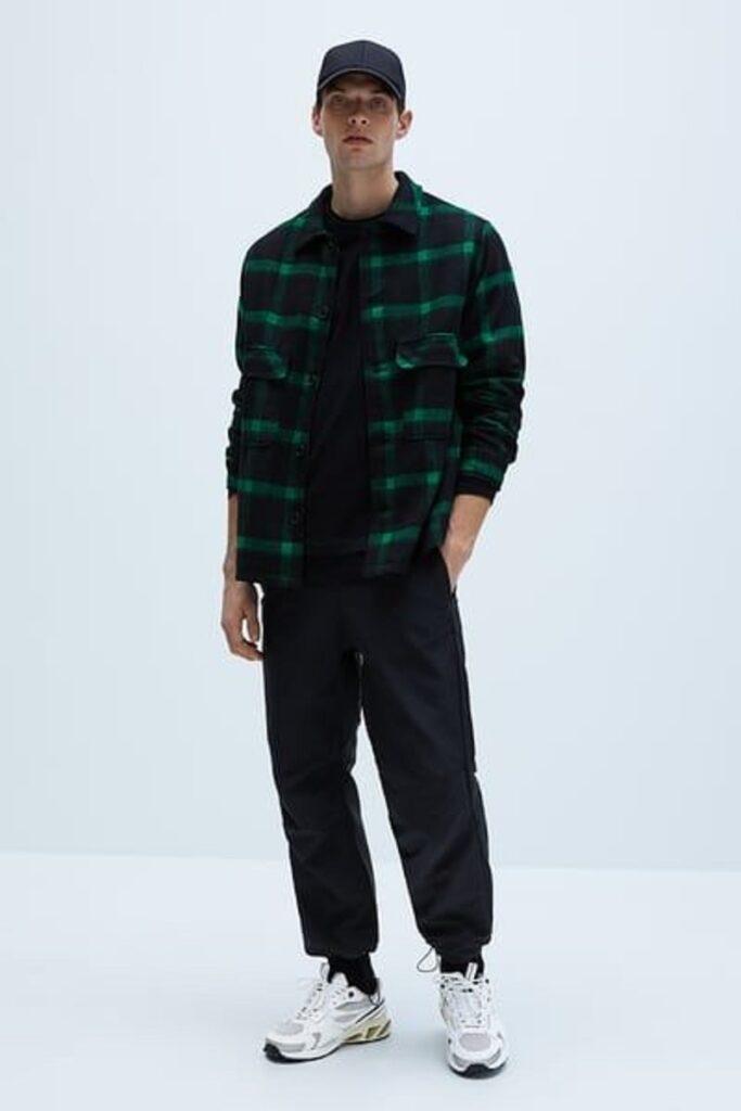 Phối quần Jogger đen, áo phông đen, sơ mi Flannel khoác ngoài và Sneaker