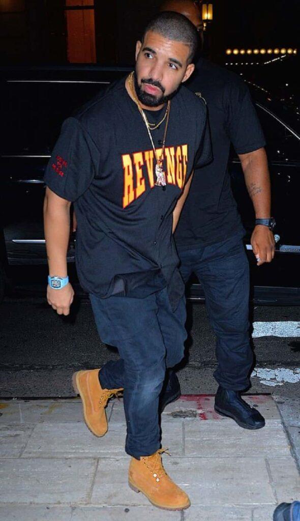 Phối quần Jean xanh đậm với áo phông ngắn tay cùng màu/đen với boot da lộn