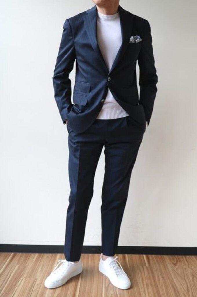 Trẻ trung với Suit, áo phông và giày thể thao