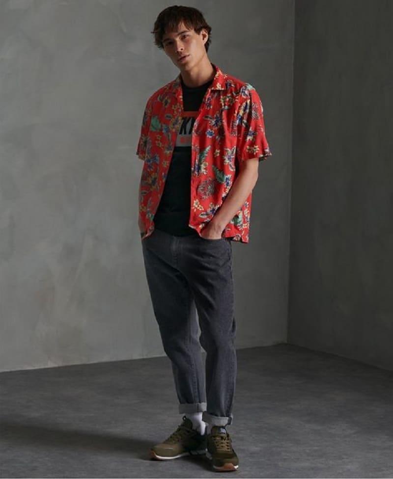 Phối quần Jean với áo phông, áo sơ mi họa tiết ngắn tay và Sneaker