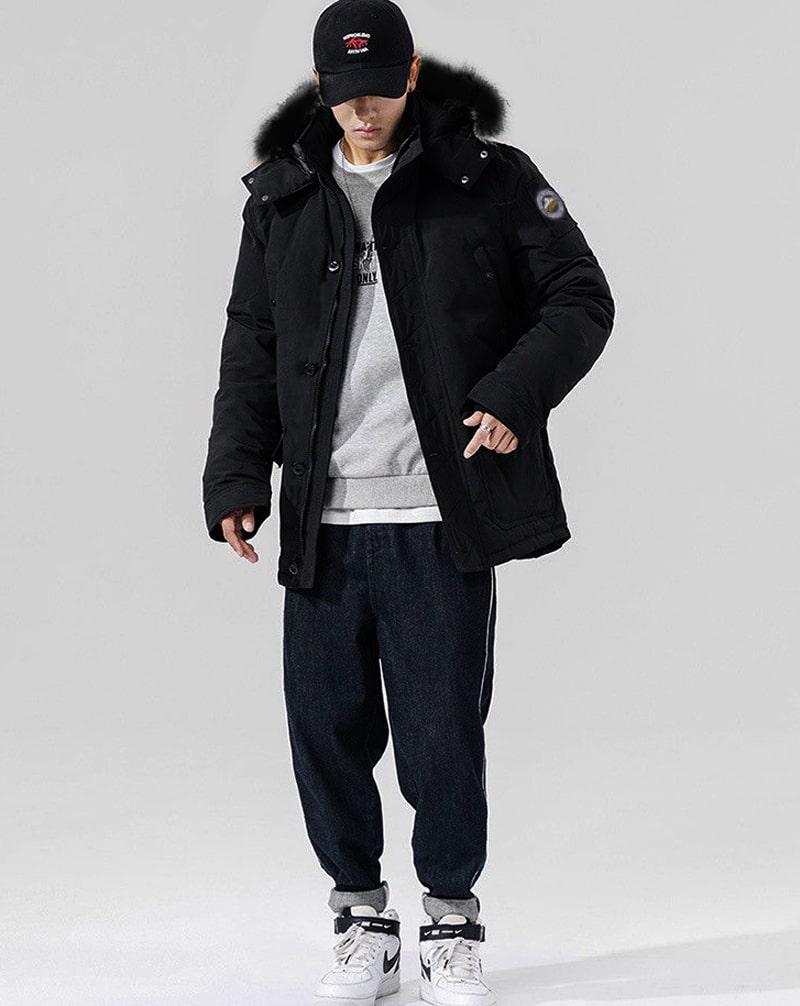 Bạn nam có thể khoác áo Parka để tăng nét phong cách cho set đồ xuống phố