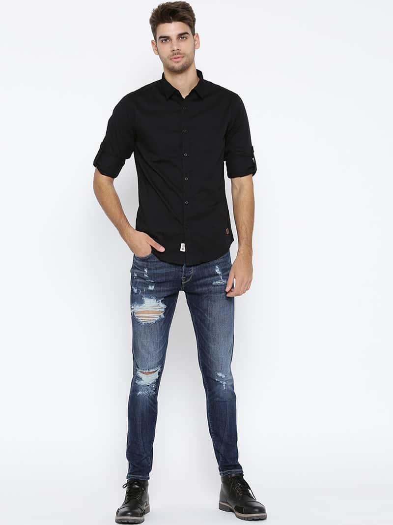 Quần jean mặc với áo sơ mi năng động nhưng cũng lịch lãm