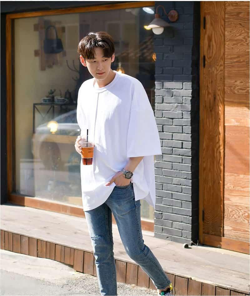 Phối áo thun form rộng với quần jean, không quá cầu kỳ nhưng vẫn đẹp đến lạ.